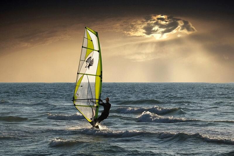 barbat practicand windsurfing pe mare