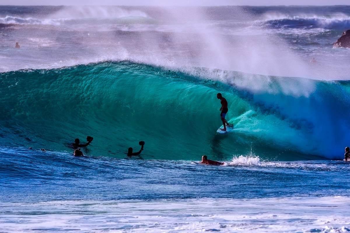 surferi pe valuri in ocean