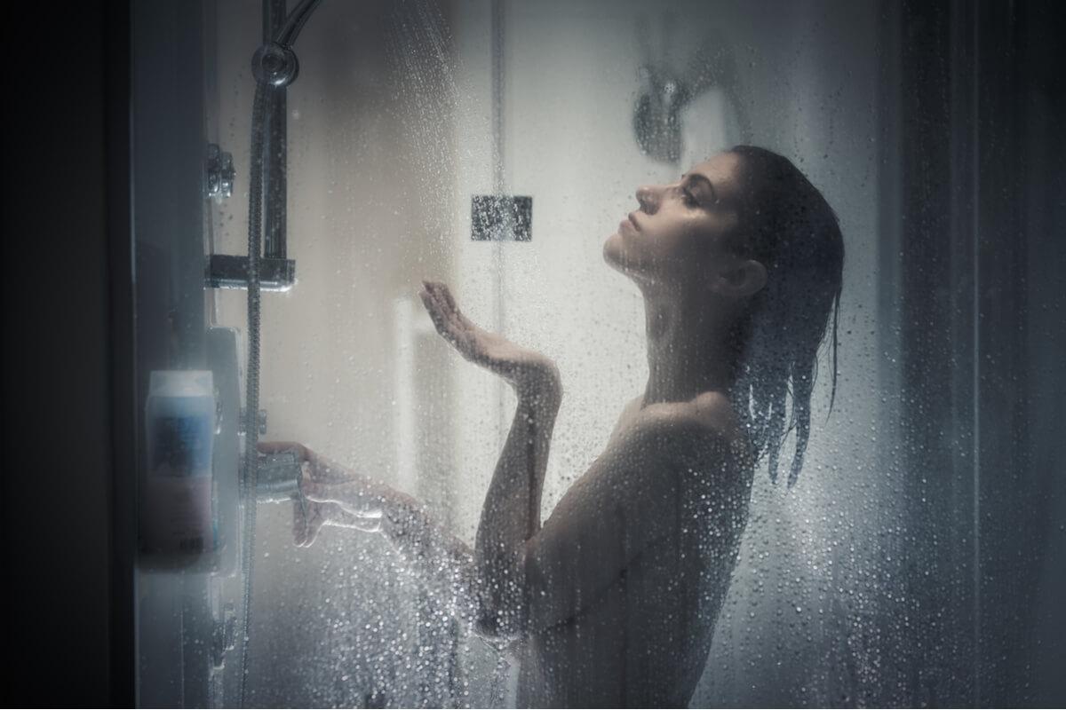 Cele 5 efecte minunate ale unui duș sau băi cu apă fierbinte