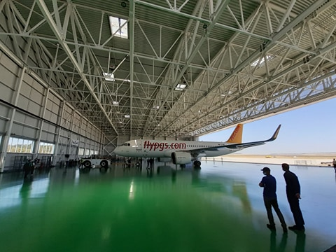 hangar cu avion